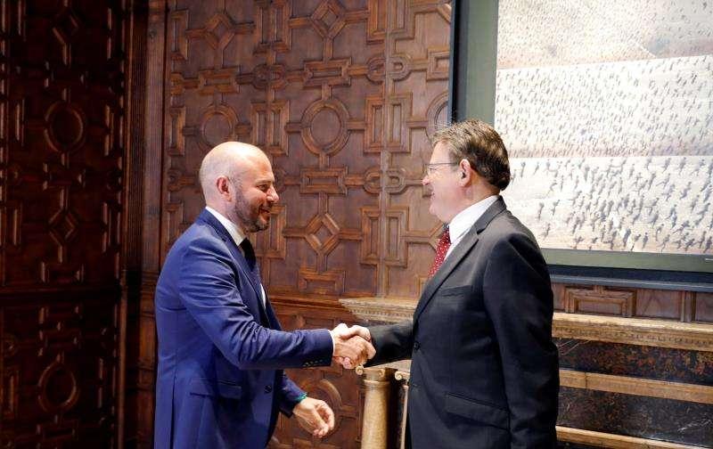 El president Ximo Puig (d) recibió hoy en el Palau de la Generalitat al presidente de la Diputación de València, Toni Gaspart. EFE