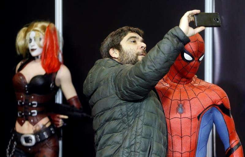 Un hombre se hace una foto con un muñeco de Spiderman durante la primera Heroes Comic Con de Valencia. EFE/Archivo