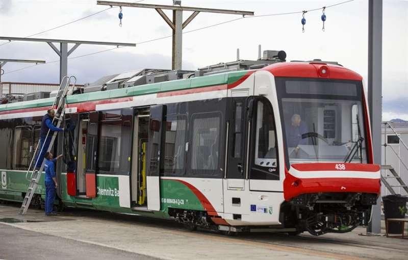 Dos trabajadores intervienen en un tranvía fabricado por la compañía Stadler en Albuixech. EFE