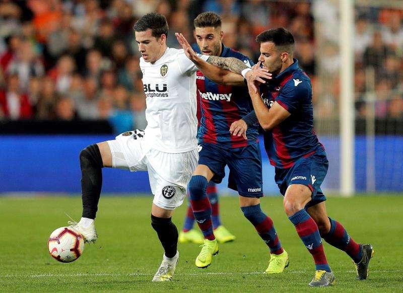El Valencia y el Levante, en una bola disputada. EFE