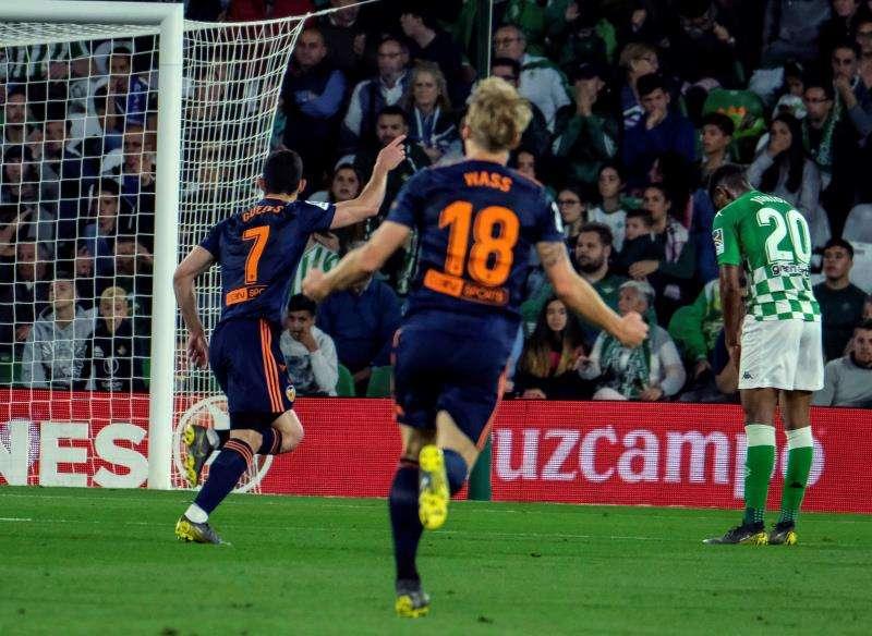 El delantero portugués del Valencia Gonçalo Guedes (i) celebra tras marcar ante el Real Betis. EFE