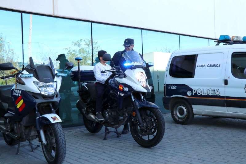 Polícia Nacional en su visita al Hospital La Fe. EPDA