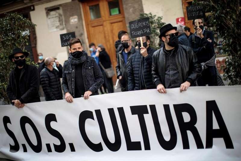 Integrantes del sector de espectáculos durante una concentración de protesta. EFE