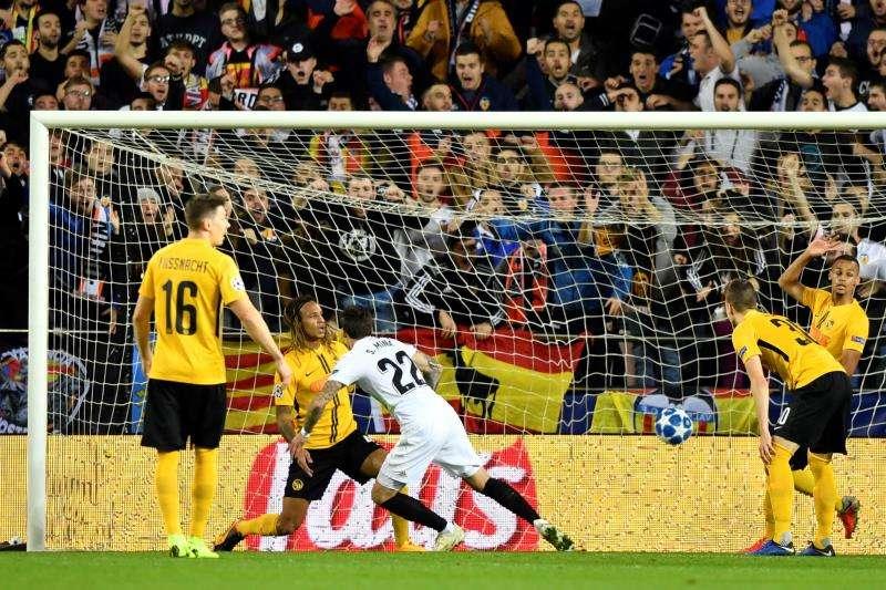 El delantero español del Valencia CF Santi Mina (c) marca el gol del empate a 1-0 durante un encuentro correspondiente al grupo H de la UEFA Liga de Campeones entre el Valencia CF y el BSC Young Boys en Mestalla, Valencia. EFE
