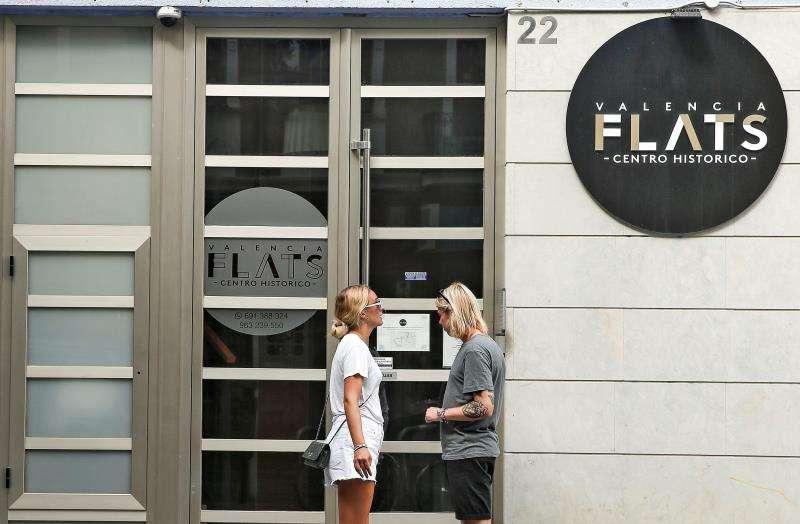 Una pareja de turistas se dispone a entrar en edificio de apartamentos en València. EFE/ Archivo