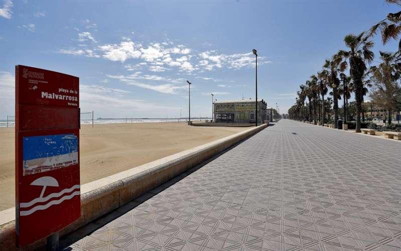 La playa desierta y el paseo marítimo sin gente, una imagen de València inusual para esta época del año. EFE/Manuel Bruque