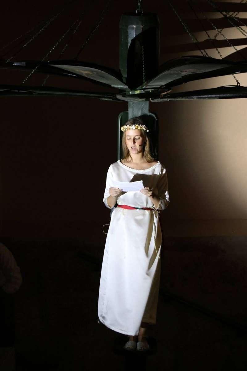Xiqueta que va a representar el personatge de l?Àngel al tradicional Cant de la Carxofa de Catarroja. EPDA