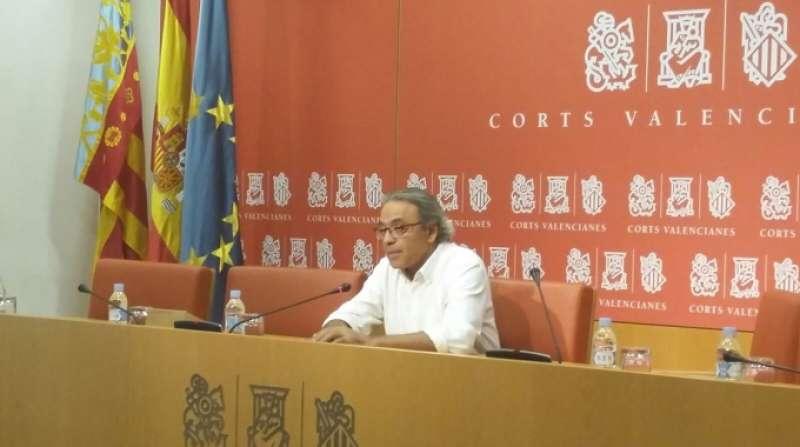 El portavoz del grupo socialista en Les Corts Manolo Mata en rueda de prensa esta mañana. Foto EPDA