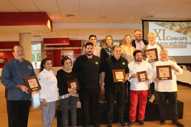 Foto de familia de los galardonados con las autoridades. / EPDA