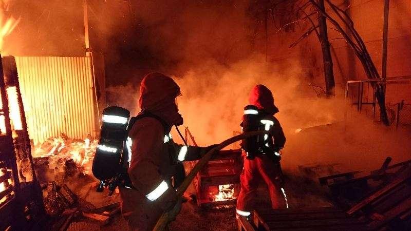 Los bomberos en el lugar del incendio. EPDA