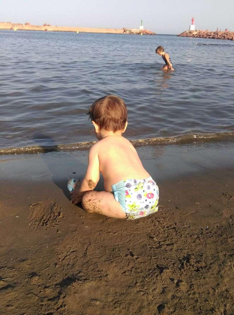 Un xiquet juga en l?arena en la platja Sud de La Pobla. / epda