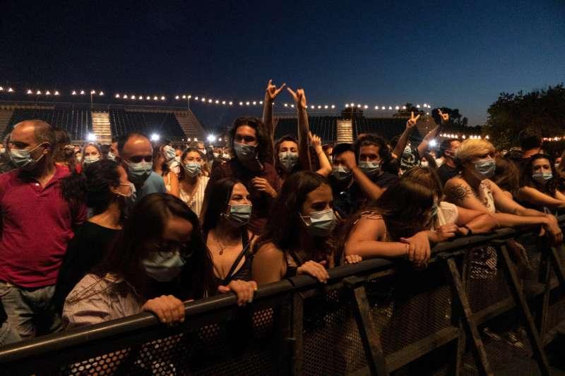 Un grupo de personas asisten a un concierto.