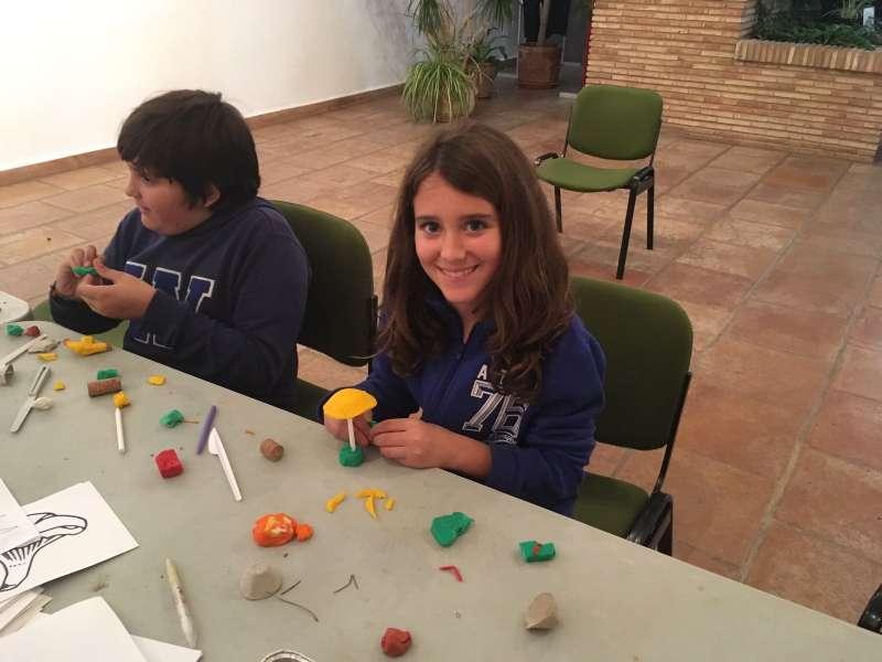 Dos niños en el taller para pequeños. FOTO EPDA