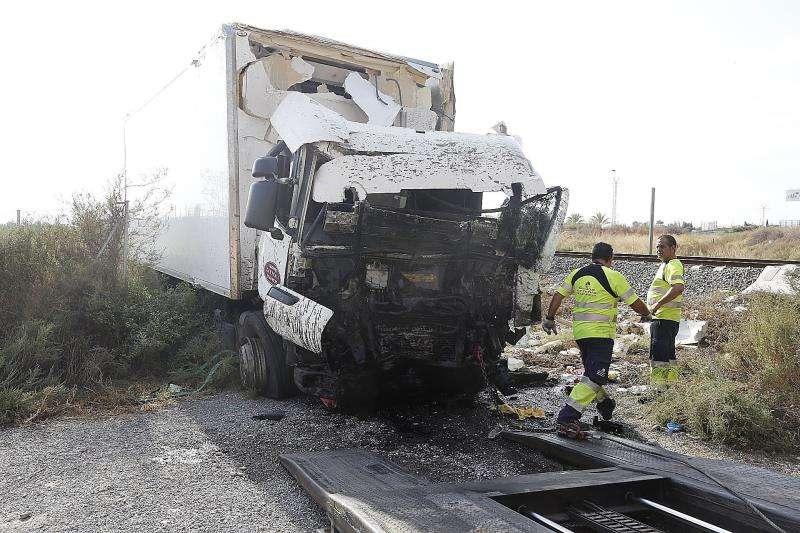 Estado en el que quedó un camión tras un accidente. EFE/Archivo