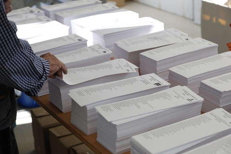 Una persona coge una papeleta en las pasadas elecciones generales. EFE/Archivo