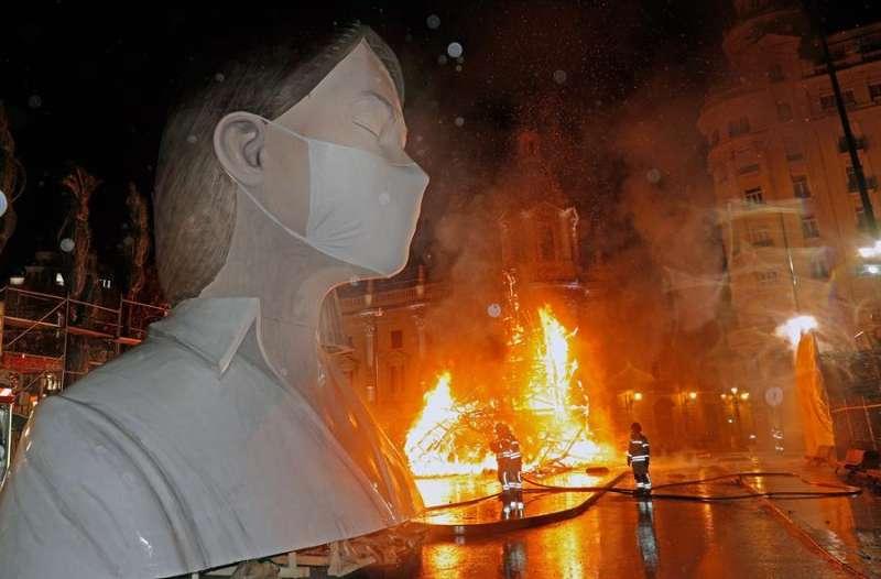Imagen de archivo de la Cremà sin público del cuerpo central de la falla municipal de València.EFE/ Juan Carlos Cárdenas