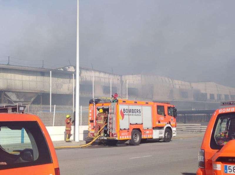 Imagen del incendio cedida por el consorcio provincial de bomberos. EFE