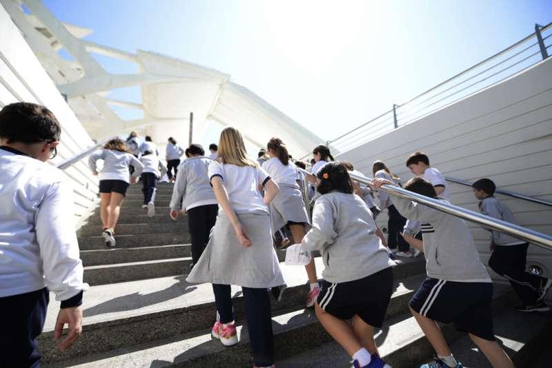 Un grupo de escolares visita la Ciutat de les Arts i les Ciències.