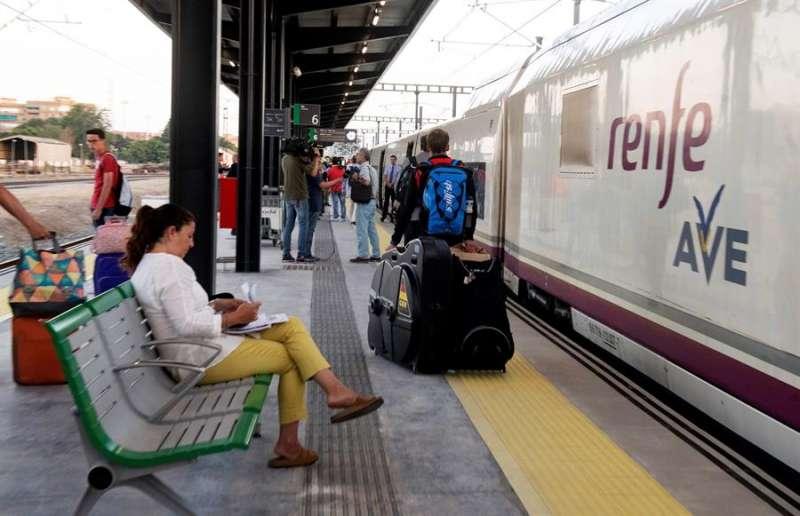 Pasajeros subiendo a un tren AVE. EFE/Archivo