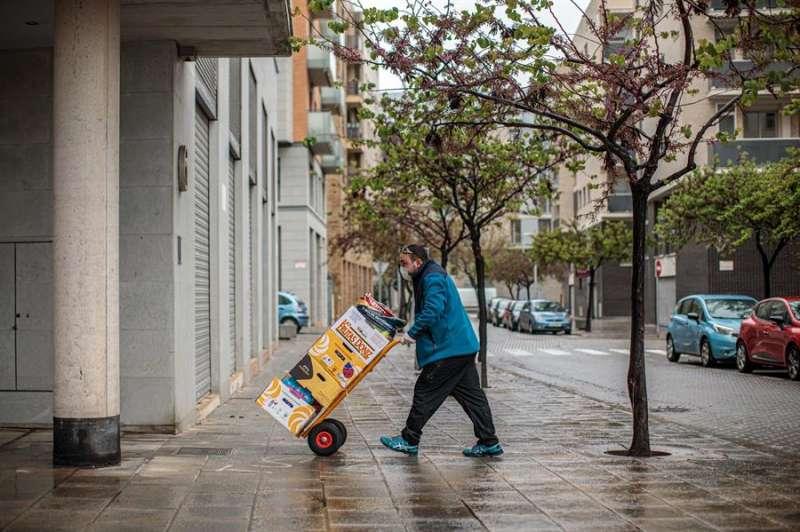 El propietario de ?Frutas y verduras Yepes? Jaime Rosa, durante una entrega a domicilio en la localidad valenciana de Torrent. EFE