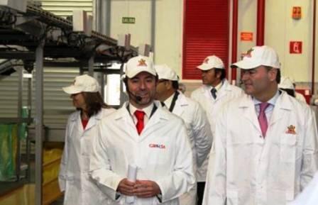 Agustín Gregori, CEO de Grefusa, y Alberto Fabra, president de la Generalitat, conversan durante la visita oficial realizada a las instalaciones de la compañía en Alzira. Foto EPDA