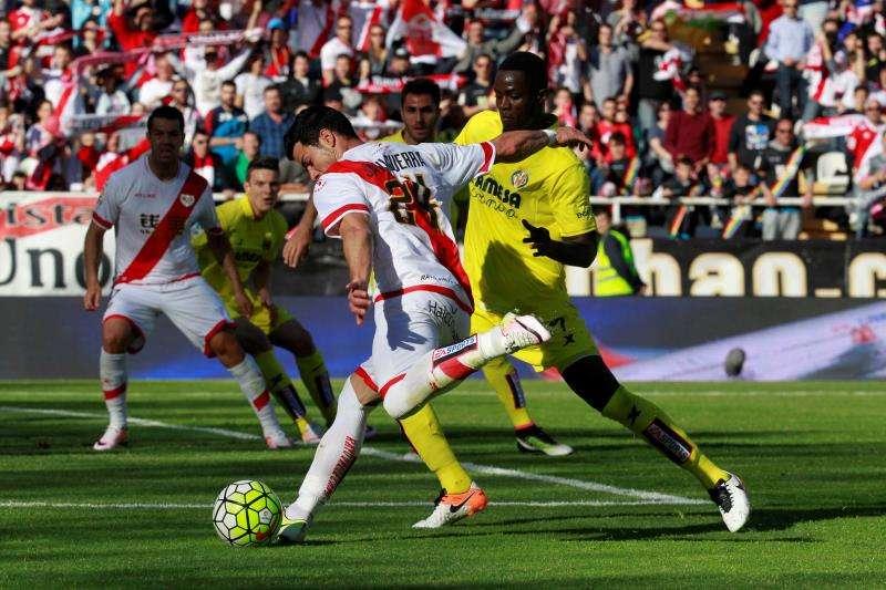 El delantero del Rayo Vallecano Javi Guerra (i) disputa un balón con el defensa marfileño del Villarreal Eric Bailly (d), durante la Liga de Primera División de la temporada 2015-16 en el estadio de Vallecas. EFE/Archivo