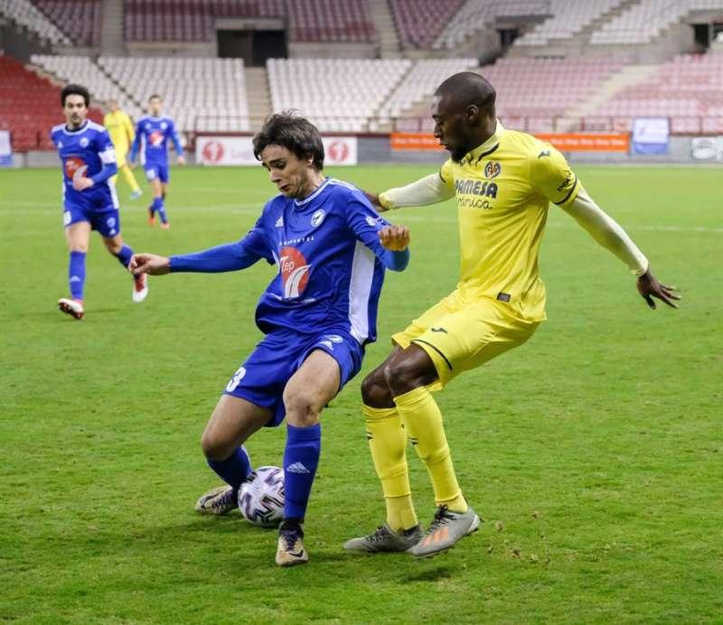 El delantero francés Toko Ekambi (d) disputa un balón a un contrario en un partido con el Villarreal. EFE/Archivo