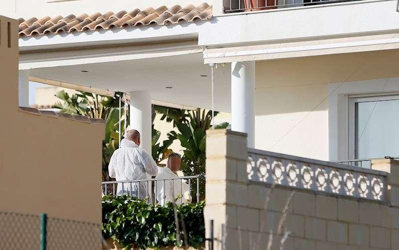 Agentes de la Guardia Civil registran la vivienda del cónsul de Eslovaquia en Kazakistán. EFE