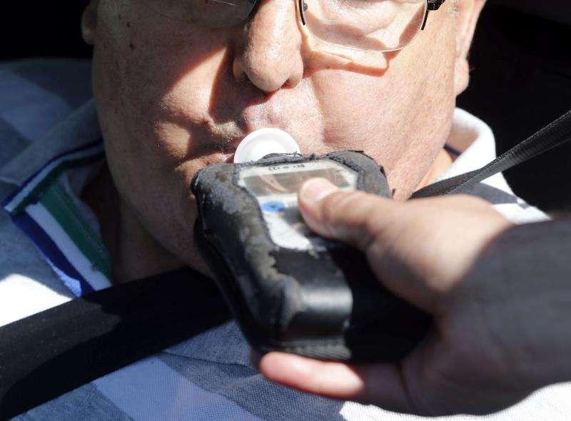 Un conductor realiza una prueba de alcoholemia. EFE/Archivo