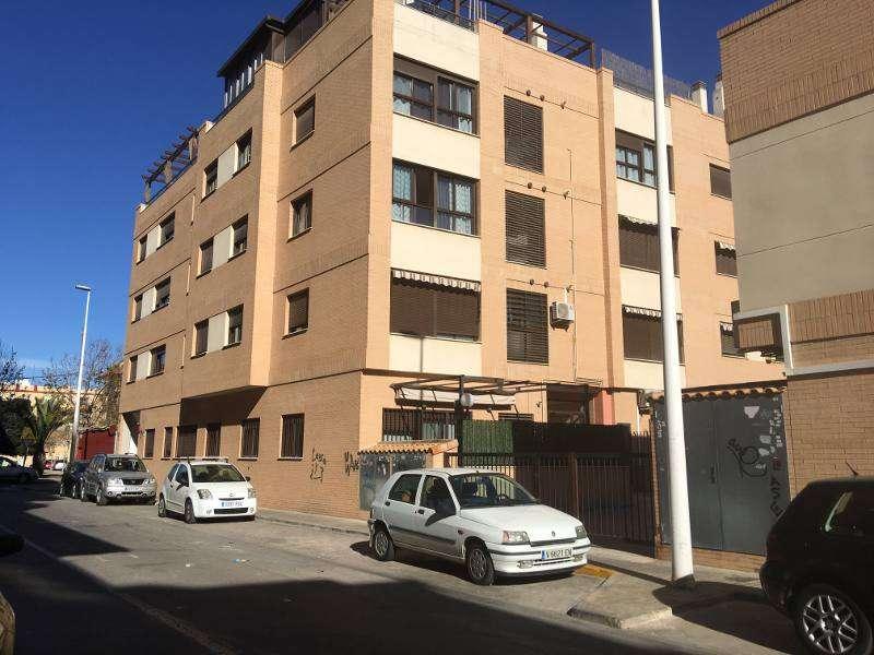 Bloque de viviendas del núcleo de Puerto de Sagunto en el que los ladrones han asaltado los trasteros. EPDA