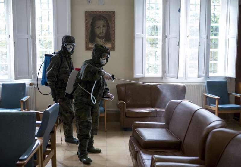 Militares desinfectan una residencia de mayores. EFE/Archivo