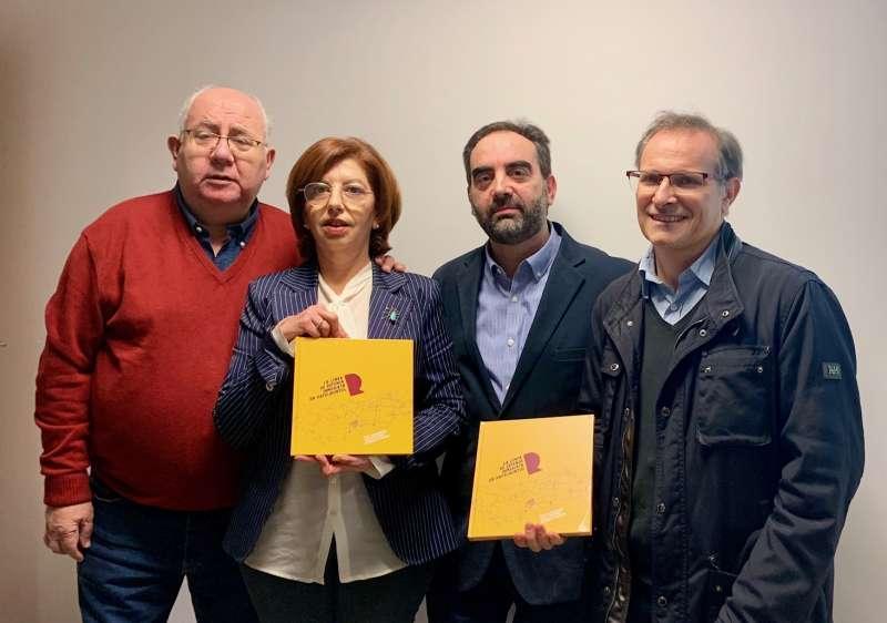 Els autors del libre amb la regidora Alícia Piquer. EPDA