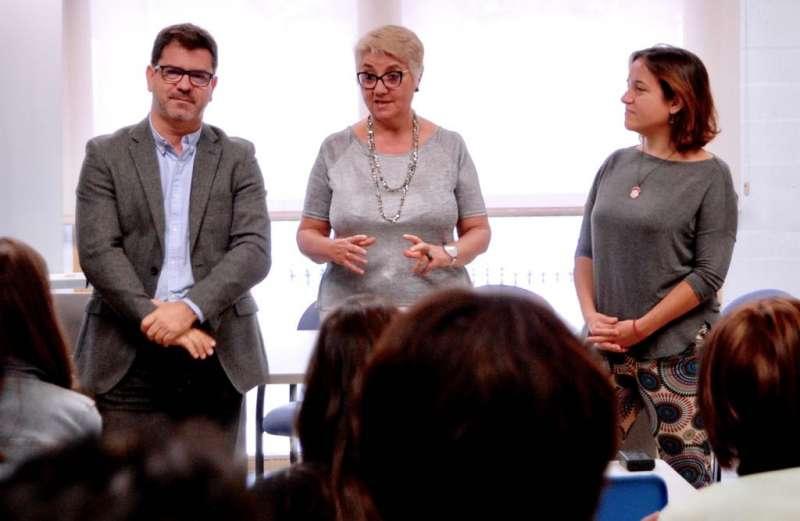 El diputat Emili Altur juntament amb la regidora de Serveis Socials, Consol Castillo i la regidora d