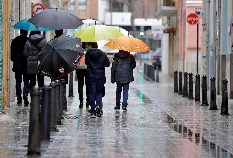 Un grupo de personas pasea un día lluvioso en una imagen de archivo