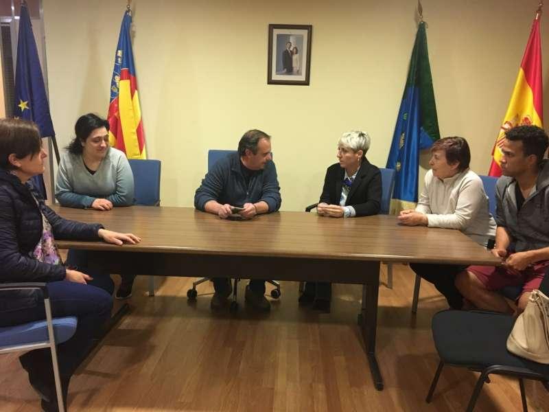 La diputada Elena Vicente-Ruiz con las partes implicadas de Montán