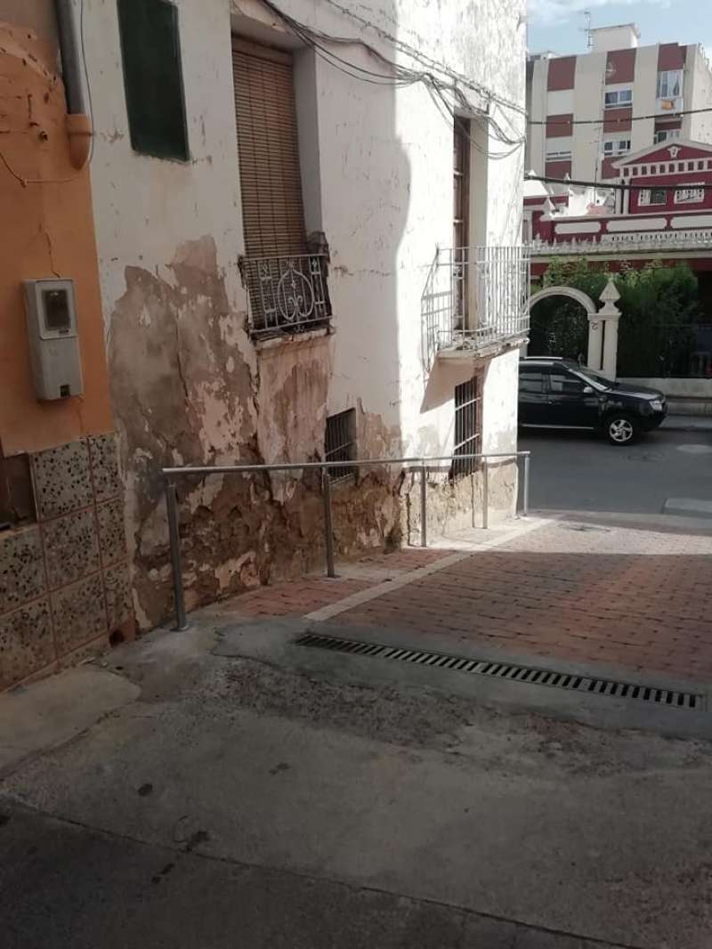 La calle San Roque con barandilla