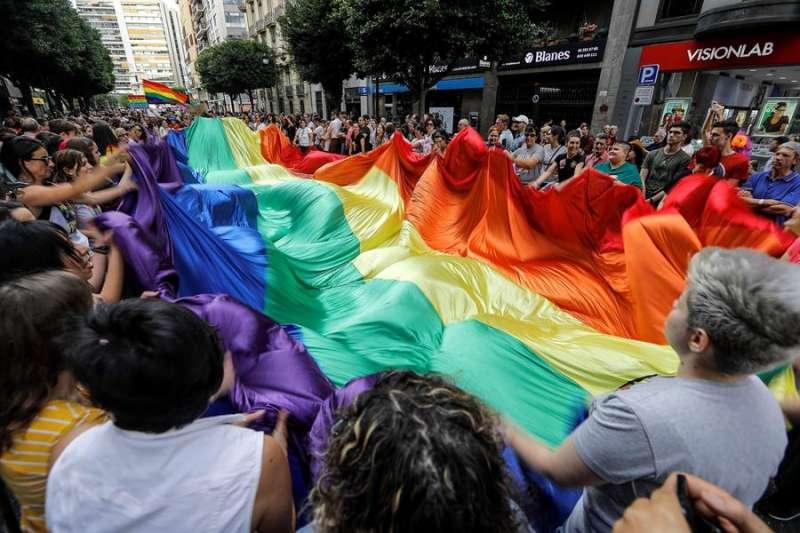 Imagen de archivo de una marcha del orgullo homosexual y lésbico celebrada en València. EFE/Manuel Bruque/Archivo
