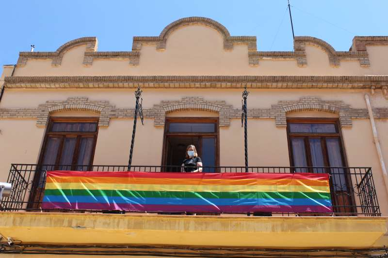 La bandera LGTBI luce en el balcón del ayuntamiento
