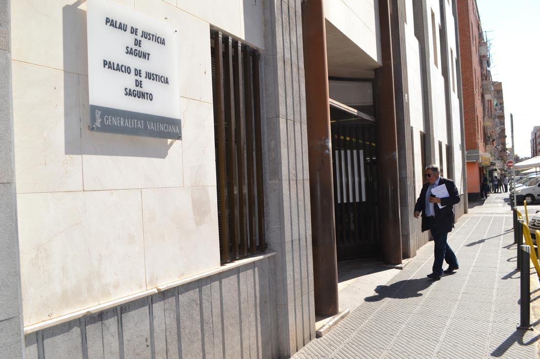 Sancho entrando a declarar al juzgado de Sagunto en una querella que interpuso contra el director de El Periódico de Aquí. FOTO EPDA