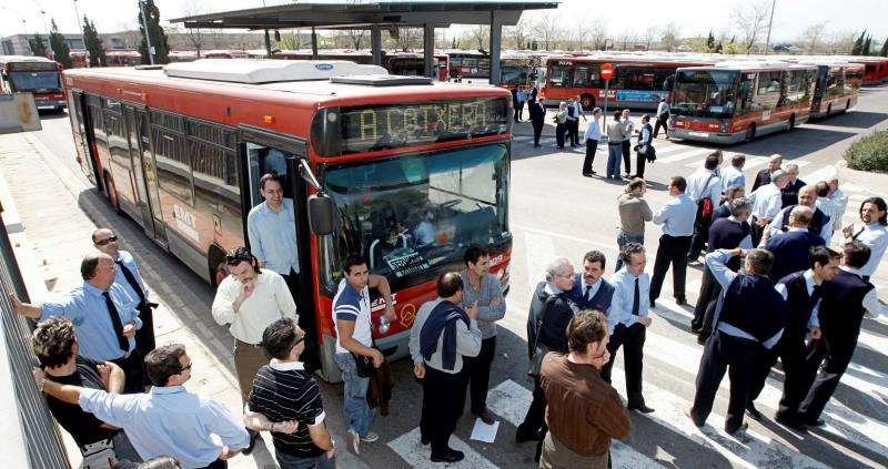 Conductores de la Empresa Municipal de Transportes (EMT) de València en cocheras en una jornada de huelga. EFE/Archivo