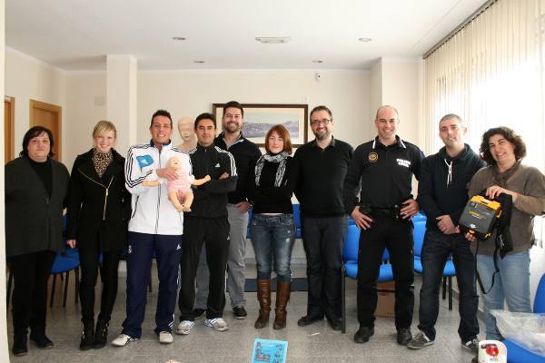 Miembros de AUG y del Proyecto Salvavidas con los agentes de la policía de Gilet. EPDA
