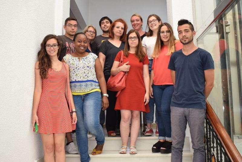 Alcaldesa de Benetússer con jóvenes contratados. EPDA