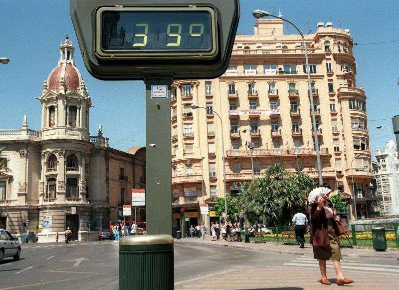 Vista de un termómetro que marca 39 grados en la ciudad de València. EFE/Archivo