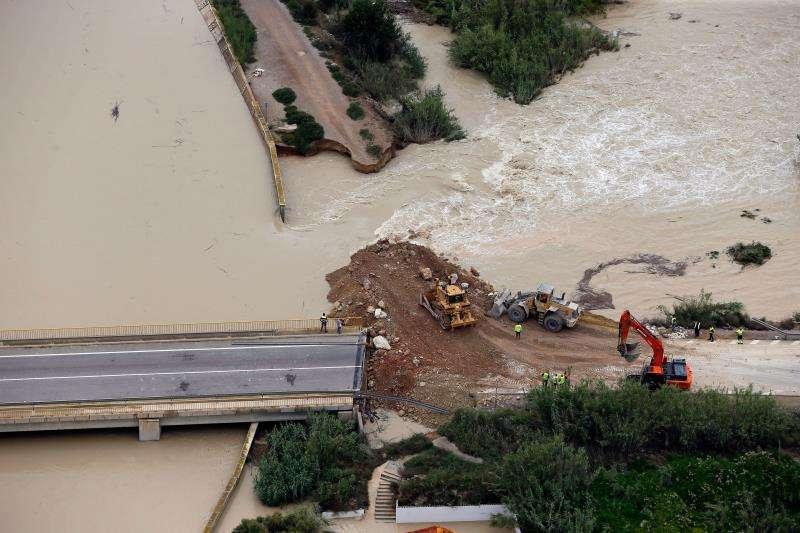 Imagen del dique roto en el río segura a la altura de Almoradí (Alicante). EFE/Manuel Lorenzo