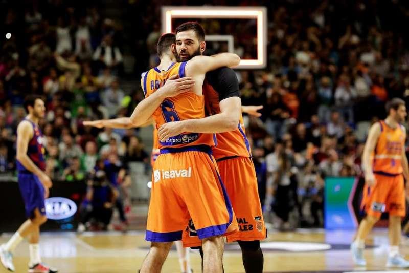 Alberto Abalde (i) y el pívot montenegrino Bojan Dubljevic (d). EFE/ Carlos Diaz