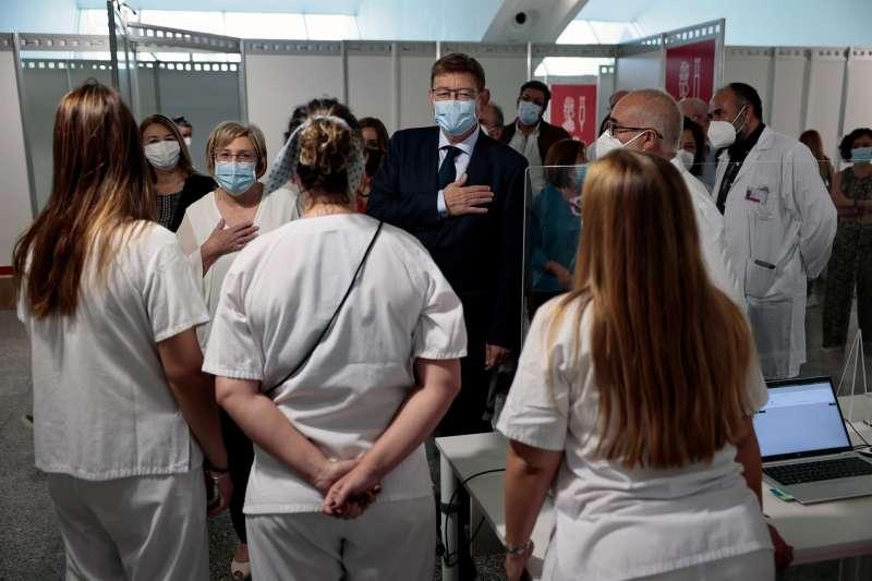 El president de la Generalitat, Ximo Puig, junto a la consellera de Sanidad, Ana Barceló, departe con los equipos de vacunación, en el día de la clausura de los puntos de vacunación masiva contra la covid-19 en la Comunitat Valenciana.