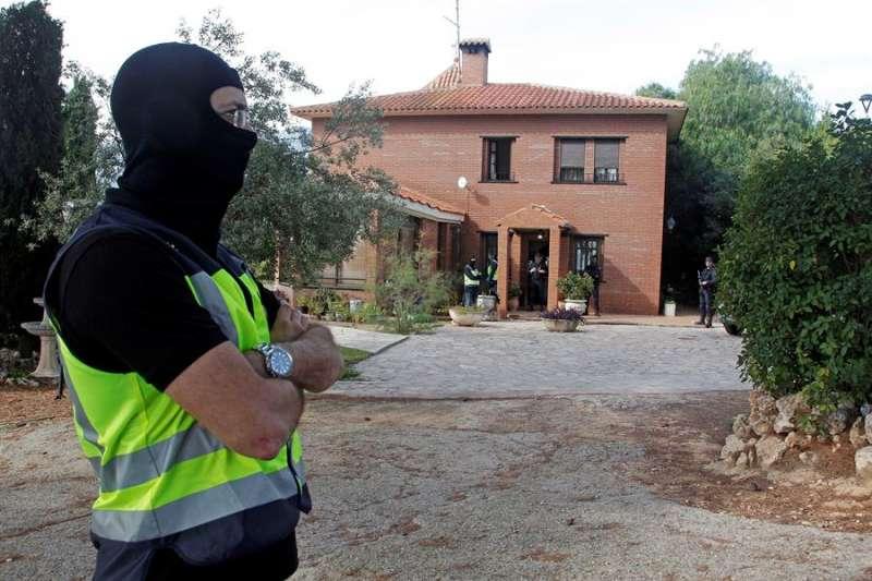 Un agente de la Policía Nacional durante el registro que se practicó en el chalé del acusado en Cocentaina (Alicante). EFE/Morell/Archivo