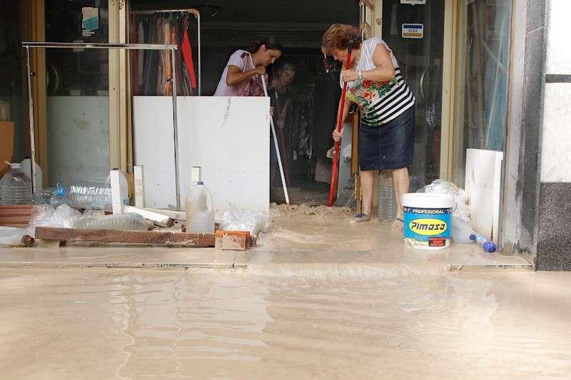 Vecinos de Orihuela limpian sus casas y negocios anegados por la avenida de agua provocada por el desbordamiento del río Segura tras el paso de la DANA. EFE