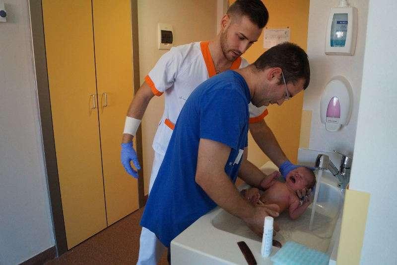 El ba o del beb es un momento que todos los nuevos pap s - Banos del hospital ...