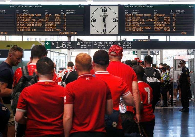 Aficionados del Liverpool antes de partir hacia a Madrid para asistir al partido de la final de la Liga de Campeones.